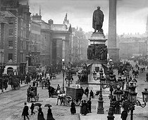 Dublin (Ireland). Sackville Street, largest artery of the town (today O'Connel Street) and the monument to Daniel O'Connel, by Foley and Brock (1882). In the background : the column Nelson (1808) dynamited by the I.R.A in 1966. On the left : the portico of the G.P.O. (Posts Office) where the rebels of the bloody Easters of Dublin entrench in 1916. © Léon et Lévy / Roger-Viollet