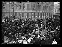 "World War I. American troops in Paris, on July 3rd, 1917. Cheered by the crowd, the second battalion of the 16th American infantry regiment leaving the Gare d'Austerlitz train station. Photograph published in the newspaper ""Excelsior"" of Wednesday July 4, 1917. © Excelsior – L'Equipe/Roger-Viollet"