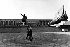 Trois femmes devant la statue de Kim Il-sung (1912-1994), homme d'Etat coréen, qui se trouve sur la place Kim Il-sung. Pyongyang (Corée du Nord), 1989. © Ullstein Bild / Roger-Viollet
