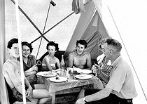 Camping site in Luc (France), 1957.      © Roger-Viollet