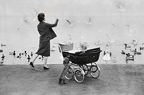 Woman with her child at Round Pond, ornamental lake in Kensington Gardens. London (England), 1958. © Jean Mounicq/Roger-Viollet