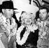 Marilyn Monroe (1926-1962), avec son mari Joe DiMaggio pendant leur lune de miel à Honolulu (Hawaï, Etats-Unis). Le couple est alors en route pour le Japon. 1er février 1954.   © TopFoto / Roger-Viollet