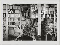 Elisabeth Badinter (born in 1944), French philosopher and woman of letters, in her library. Paris, 1991. Photograph by Janine Niepce (1921-2007). Paris, Bibliothèque Marguerite Durand.  © Janine Niepce/Bibliothèque Marguerite Durand/Roger-Viollet