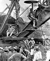 Theodore Roosevelt (1858-1919), president of the United States, visiting the drilling of the Panama Canal, at the trench of Culebra, 1906. © Roger-Viollet