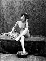 Study of a female nude. France, circa 1900.    © Roger-Viollet