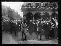World War I. Visit of the French government in the Lorraine region. Raymond Poincaré (1860-1934) and Georges Clemenceau  (1841-1929), French statesmen, acclaimed by the crowd. Colmar (France), on December 10, 1918. © Excelsior – L'Equipe/Roger-Viollet