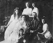 The Czar Nicholas II of Russia, his wife the Czarina Alexandra Fedorovna, the four great Duchesses of Russia, their daughters (Olga, Tatiana, Maria and Anastasia) and the Tsarevich Alexei. © Roger-Viollet