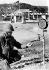 Patrick Collins, capitaine du Corps des Marines des Etats-Unis, vérifiant un robinet après que Fidel Castro (1926-2016), homme d'Etat et révolutionnaire cubain, ait ordonné la coupure de l'approvisionnement en eau de la base navale de Guantanamo (Cuba), 18 février 1964. © TopFoto/Roger-Viollet