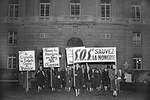 Women demonstrating in favour of Hungary, in front of the United-States embassy, during the visit of John Foster Dulles (1888-1959), American politician, on December 10, 1956. © Roger-Viollet