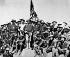 """Guerre hispano-américaine. """"Les pistolets de Teddy"""", au sommet de la colline qu'ils ont capturée dans la bataille de San Juan (Cuba). Le colonel Theodore Roosevelt et ses """"Rough Riders"""", 1898. Photo William Dinwiddie. © US National Archives / Roger-Viollet"""