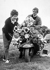 Deux Mods, membres d'une sous-culture britannique, posant sur près de leur scooter décoré avec des miroirs et des klaxons. Angleterre, 31 mai 1964. © PA Archive/Roger-Viollet