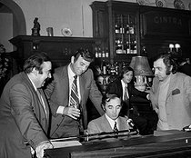 Charles Aznavour, Moustache, Georges Garvarentz (Charles Aznavour's brother-in-law) and Mike Connors (his cousin), at the Cintra. Paris, on February 16, 1972. © Patrick Ullmann / Roger-Viollet