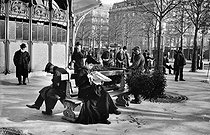 Bench and mistletoe seller near the Place de l'Etoile. Paris, circa 1900. © Neurdein/Roger-Viollet
