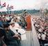 Anniversaire de la Révolution cubaine. Fidel Castro (1926-2016), homme d'Etat et révolutionnaire cubain, s'adressant à la foule. Au premier plan, Ernesto Che Guevara (1928-1967), révolutionnaire argentin. Santiago de Cuba (Cub), 26 juillet 1964. © Ullstein Bild/Roger-Viollet