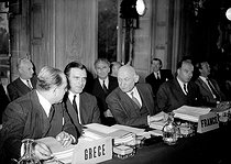 Robert Schuman (centre) representing France to a meeting of the OEEC (Organization for European Economic Co-operation). Paris, on October 20, 1952. © Roger-Viollet
