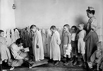 Summer camp of the nursery schools of the city of Paris, to Dammartin ( Jura), by 1910. Weighed children. HRL-640882 © Albert Harlingue / Roger-Viollet