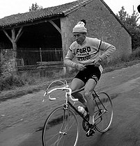 Jacques Anquetil (1934-1987), French racing cyclist, during the 1965 Bordeaux-Paris cycle race that he won. © Roger-Viollet