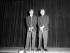 """Kirk Douglas et Burt Lancaster, acteurs et réalisateurs américains, lors d'un spectacle de charité """"Nuit de 100 stars"""". Londres (Angleterre), 24 juillet 1958. © TopFoto / Roger-Viollet"""
