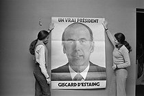 Valérie-Anne Giscard d'Estaing (born in 1953) and Jacinthe Giscard d'Estaing (1960-2018), at the headquarters of their father, Valéry Giscard d'Estaing (born in 1926), during the campaign for the 1974 presidential elections. © Jacques Cuinières / Roger-Viollet