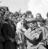Guerre civile à Chypre. Médecin de l'armée britannique examinant des enfants pendant une épidémie de diphtérie. Malia (Chypre), 14 mars 1964. © TopFoto/Roger-Viollet