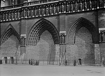 World War I. Sandbags protecting the facade of Notre-Dame de Paris Cathedral. Paris, 1918. © Maurice-Louis Branger / Roger-Viollet