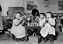 Cantine scolaire vers 1909. © Roger-Viollet