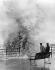 Enfants assis sur un banc et regardant une vague déferlant sur une jetée lors d'une tempête. Blackpool (Angleterre), 1935. © Imagno/Roger-Viollet