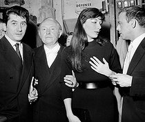From left to right : Jacques Laurent-Cély (also known as Cécil Saint-Laurent, 1919-2000), Juliette Gréco, Théophile Briant and Daniel Gélin. Night of poetry. Paris, Théâtre Sarah-Bernhardt, May 1956. © Studio Lipnitzki/Roger-Viollet