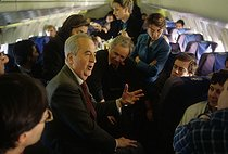 Edouard Balladur, Prime Minister, candidate for the Presidency of the Republic, surrounded by journalists in a plane. March 1995. © Jean-Paul Guilloteau/Roger-Viollet