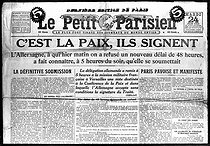 "The Treaty of Versailles. Front page of ""Le Petit Parisien"" on June 24, 1919. The German delegation signs the Treaty. © Roger-Viollet"