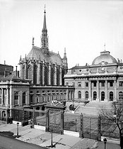 Paris. The Holy Chapel and the Law court. © Neurdein/Roger-Viollet
