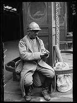"""World War I. Daylight saving time in France, during the night of June 14-15, 1916. French soldier on leave looking at his watch. Photograph published in the newspaper """"Excelsior"""", on June 14, 1916. © Wackernie/Excelsior – L'Equipe/Roger-Viollet"""
