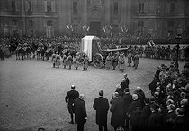 Ceremony for the arrival of the Unknown Soldier in Paris. The cortege at the Pantheon. Paris (Vth arrondissement), on November 11, 1920. © Albert Harlingue/Roger-Viollet