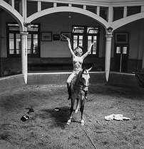 Cirque. Lora Rode, la femme au cheval. France, vers 1937-1939. © Gaston Paris / Roger-Viollet