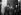 Guerre 1939-1945. Débuts. Distribution de masques à gaz. © LAPI/Roger-Viollet