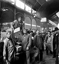 Unloading fish at the Halles. Paris (Ist arrondissement), around 1900. © Léon et Lévy/Roger-Viollet