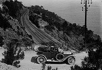 Drive on the coast road near Cannes (France), 1914. © Maurice-Louis Branger / Roger-Viollet
