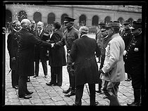 World War I. Ceremony for the American Independence Day in the courtyard of the Invalides. William Graves Sharp, Raymond Poincaré, Paul Deschanel, Paul Painlevé and John Pershing. Paris, on July 4, 1917. © Excelsior – L'Equipe/Roger-Viollet