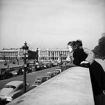 Couple, place de la Concorde. Paris (VIIIth arrondissement), March 1952. © Roger-Viollet
