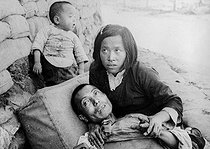 Sino-Japanese war, 1937-1941. Chinese mourning his husband wounded by the Japanese. © Roger-Viollet
