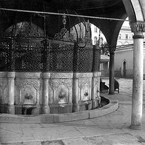 Istanbul (Turkey). The fountain of the ablutions of the Saint - Sophie basilica, about 1890. © Roger-Viollet