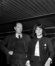 Juliette Greco and his pianist, to Orly, in september 1962. © Roger Berson/Roger-Viollet