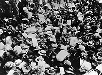 Crisis of 1929 the (United States). Unemployed persons making of the barter. HRL-525505 © Albert Harlingue/Roger-Viollet