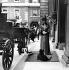 """Alexandra Day"". La reine Alexandra de Danemark (1844-1925) devant Marlborough House. Londres (Angleterre), 21 juin 1922. © PA Archive / Roger-Viollet"