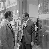 "Shooting of ""Horace 62"", film by André Versini (1962). Raymond Pellegrin and Charles Aznavour. France-Italy, on July 31, 1961. © Alain Adler / Roger-Viollet"