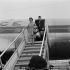 Edith Piaf (1915-1963), chanteuse française, et son ami Doug Davies (1933-2014), peintre américain. Aéoroport d'Orly, 1959. © Claude Poirier / Roger-Viollet