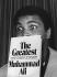 Mohamed Ali (anciennement Cassius Marcellus Clay, 1942-2016), boxeur américain et champion du monde de boxe poids lourds, lors d'une conférence de presse à l'Hôtel Savoy pour lancer la publication de son autobiographie. Londres (Angleterre), 1976. © TopFoto / Roger-Viollet