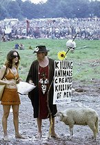 Festival de Woodstock. Couple avec un mouton. Bethel (Etats-Unis), 16 août 1969.  © Tom Miner / The Image Works / Roger-Viollet