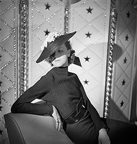 Hat designed by Agnès (working period, c.1918-1949). Paris, February 1936. © Boris Lipnitzki/Roger-Viollet