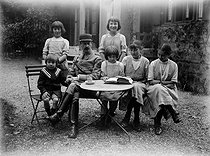 Henri Roger (1869-1946), French engineer and photographer, wearing his uniform and his six children. Hélène Roger-Viollet, sitting, on the right. Chatou (France), 11 October 1917.  © Collection Roger-Viollet/Roger-Viollet